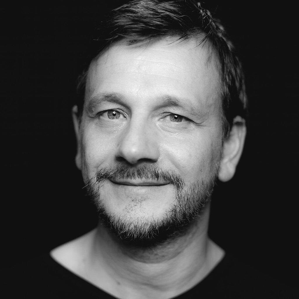 Carsten-Peter-Portrait-Schwarz-Weiss.jpg
